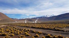 Vista del giacimento del geyser di EL Tatio situato nelle montagne delle Ande vicino a San Pedro de Atacama fotografia stock libera da diritti
