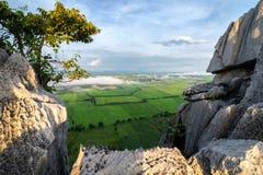 Vista del giacimento del riso dalla cima di Khao né a Nakhon Sawan, Tailandia immagine stock libera da diritti