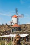 Vista del giardino del cactus con il mulino a vento bianco in Guatiza, attrazione popolare a Lanzarote, isole Canarie Immagini Stock