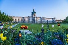 Vista del giardino di Berlin Schloss Charlottenburg con i fiori Immagini Stock Libere da Diritti