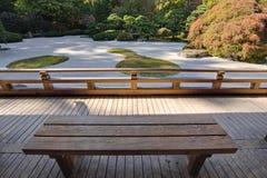 Vista del giardino giapponese della sabbia dal banco di legno Fotografie Stock Libere da Diritti