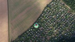 Vista del globo del aire caliente que vuela sobre campo a través del cielo Panorama del paisaje metrajes