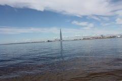 Vista del golfo de Finlandia y del edificio alto fotos de archivo