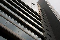 Vista del grattacielo soleggiato del calcestruzzo e di vetro Immagine Stock