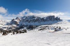 Vista del gruppo di Sella con neve nelle dolomia italiane dall'area dello sci Fotografia Stock