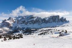 Vista del gruppo di Sella con neve nelle dolomia italiane dall'area dello sci Immagine Stock