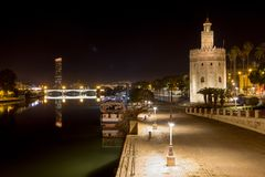 Vista del Guadalquivir con reflexiones de la tarde imágenes de archivo libres de regalías