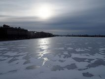 Vista del hielo-límite del río y del terraplén en la ciudad en un día soleado del invierno fotos de archivo libres de regalías