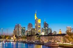 Vista del horizonte de Frankfurt-am-Main con el barco de cruceros en Francfort, Alemania Imagen de archivo libre de regalías