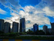 Vista del horizonte de la ciudad de Abu Dhabi en la madrugada en un día nublado fotos de archivo libres de regalías