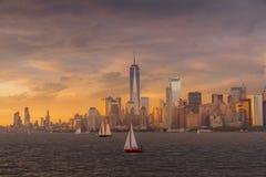 Vista del horizonte de NYC en el puerto de Nueva York fotografía de archivo