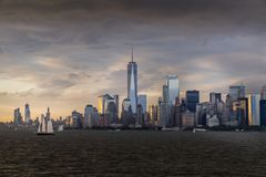 Vista del horizonte de NYC en el puerto de Nueva York imagenes de archivo