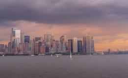 Vista del horizonte de NYC en la puesta del sol fotos de archivo libres de regalías