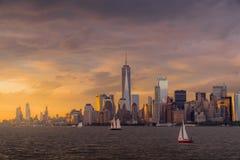 Vista del horizonte de NYC en la puesta del sol imágenes de archivo libres de regalías