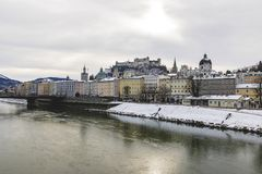 Vista del horizonte de Salzburg con Festung Hohensalzburg y río Salzach en invierno foto de archivo libre de regalías