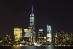 Vista del horizonte del Lower Manhattan en la noche del lugar del intercambio en Jersey City, New Jersey Imágenes de archivo libres de regalías
