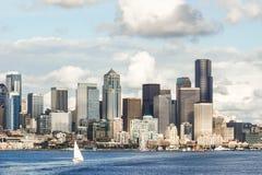 Vista del horizonte y de la costa de Seattle con el yate Fotos de archivo