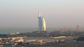 Vista del hotel de Burj Al Arab y del horizonte de Dubai metrajes