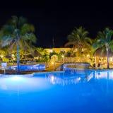 Vista del hotel y de la piscina en la noche fotos de archivo