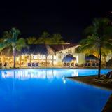 Vista del hotel y de la piscina en la noche foto de archivo libre de regalías