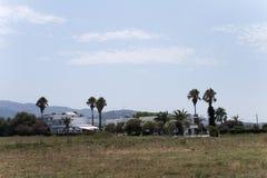 Vista del hotel y de palmeras viejos en la isla de los kos Imagenes de archivo