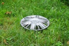 Vista del hubcap perdido en la hierba Foto de archivo