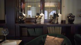 Vista del interior de lujo interesante hermoso del restaurante con los libros, estatuillas animales con los instrumentos musicale almacen de metraje de vídeo