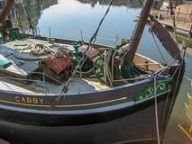 Vista del interior de un barco, con los accesorios de la pesca y náutico fotografía de archivo libre de regalías
