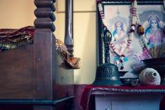 Vista del interior de un lugar o de una adoración hindú en casa foto de archivo libre de regalías