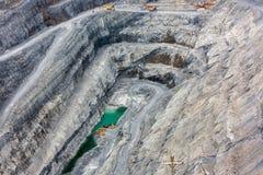 Vista del interior de una mina profunda de la magnesita Imagenes de archivo