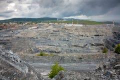 Vista del interior de una mina profunda de la magnesita Imagen de archivo