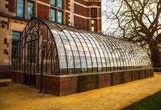 Vista del invernadero de cristal en jardín del parque Imagen de archivo
