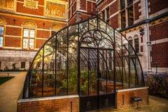 Vista del invernadero de cristal en jardín del parque Foto de archivo libre de regalías
