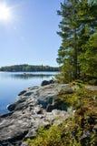 Vista del island& x27; scogliera di s che affronta il lago Un mattino soleggiato di autunno Fotografia Stock