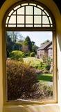 Vista del jardín a través de una ventana Imágenes de archivo libres de regalías