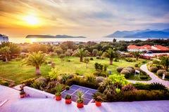 Vista del jardín ajardinado en Dubrovnik y la puesta del sol Foto de archivo libre de regalías