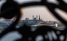 Vista del Kazán el Kremlin a través de un enrejado decorativo del arrabio del hierro labrado imagen de archivo libre de regalías