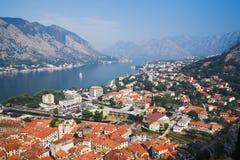 Vista del Kotor y de la bahía de Kotor Fotos de archivo libres de regalías