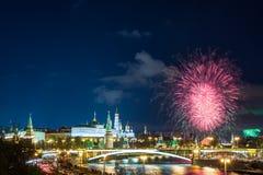 Vista del Kremlin con los fuegos artificiales durante hora azul en Moscú, Rusia 9 de mayo celebración del día de la victoria en R Fotos de archivo libres de regalías
