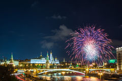 Vista del Kremlin con los fuegos artificiales durante hora azul en Moscú, Rusia 9 de mayo celebración del día de la victoria en R Foto de archivo libre de regalías