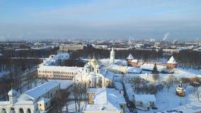 Vista del Kremlin Veliky Novgorod, día de vídeo aéreo de enero Rusia almacen de metraje de vídeo