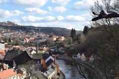 Vista del ½ Krumlov de ÄŒeskà y del río de Moldava del ángulo elevado Imagen de archivo libre de regalías