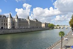 Vista del La Conciergerie con el río Sena y la torre Eiffel Par?s, Francia, el 10 de agosto de 2018 fotografía de archivo