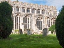 Vista del lado adornado de los vidrios del pasillo de la iglesia, con los sepulcros en frente Fotos de archivo