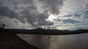 Vista del lago al tramonto stock footage