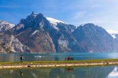 Vista del lago alpino de la montaña en Traunkirchen, Austria, Europa fotografía de archivo libre de regalías
