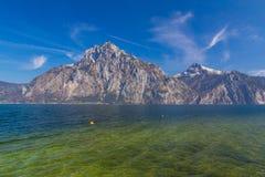 Vista del lago alpino en Traunkirchen con la montaña de Traunstein, Austria, Europa fotos de archivo