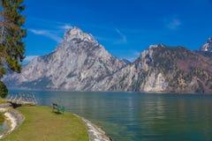 Vista del lago alpino en Traunkirchen con la montaña de Traunstein, Austria, Europa fotografía de archivo