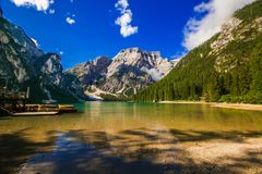 Vista del lago alpino incantato: Braies Pragser Wildsee, Alto Adige, Italia Fotografie Stock