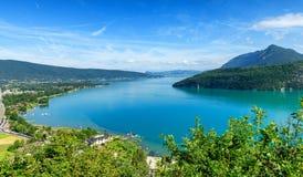 Vista del lago annecy in alpi francesi Immagini Stock Libere da Diritti
